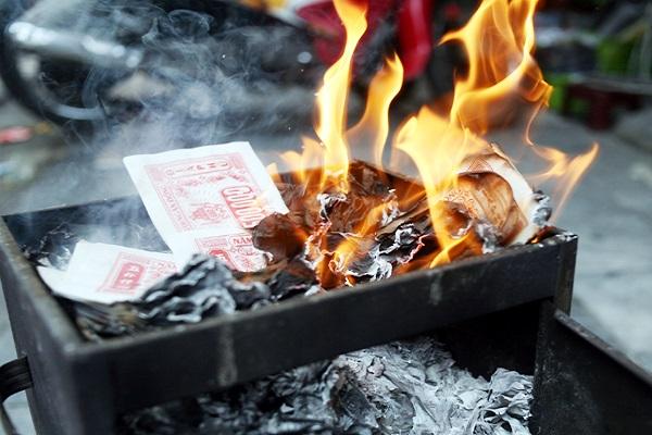 Cách đốt vàng mã (giấy tiền) cho người âm-3